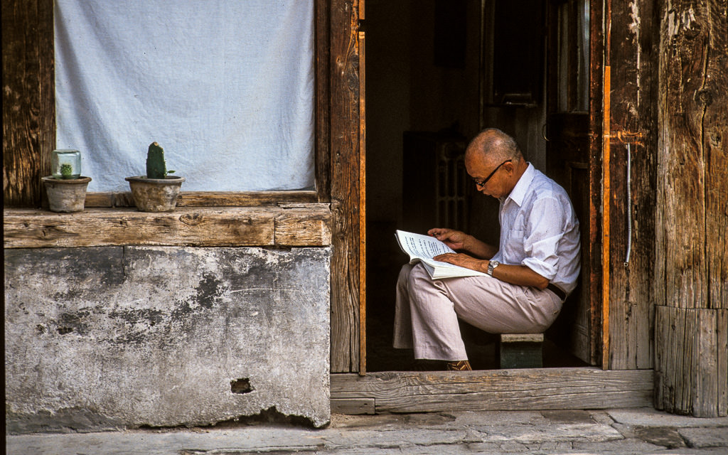 Man reading a book in Lijian