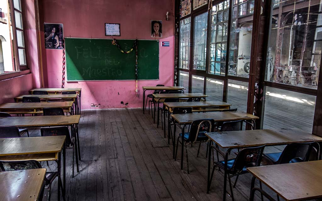 Classroom with desks interior Havana Cub
